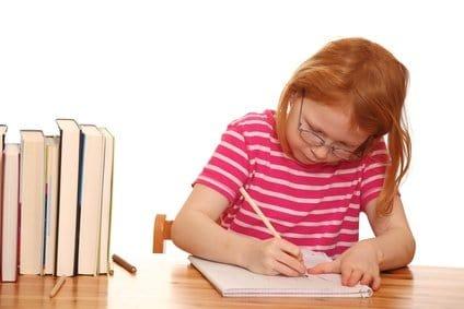 Rothaariges Mädchen am Schreibtisch