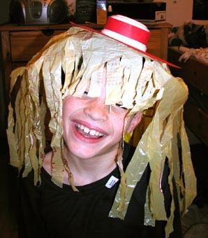 Un semplice lavoretto per realizzare un cappello da pagliaccio costruito con  imballaggi domestici riciclati. Un cappello per vestirsi da clown durante  la ... 34ba5216c87c