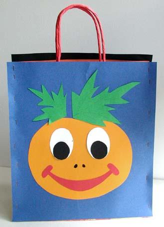 Un lavoretto manuale per creare con i bambini una bella borsa per partire  alla caccia al dolcetto e alle caramelle 0990023791ec