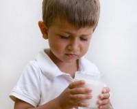 bambino guarda bicchiere di latte