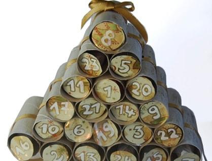 Albero e calendario dell'avvento in rotoli di cartone