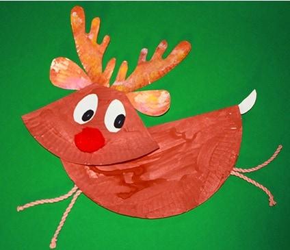 Una renna di Natale con un piatto di carta