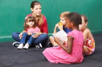Mdchen beim Vorlesen in der Vorschule