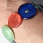 Un bracciale di bottoni